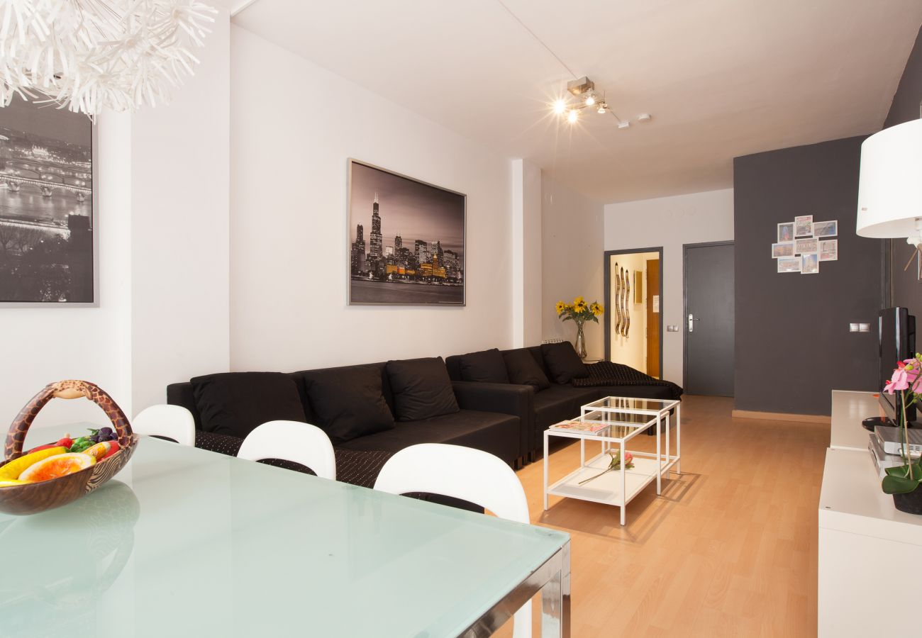 living-dining room with lot of space in 4-bedroom apartment in Barcelona close to Plaza España
