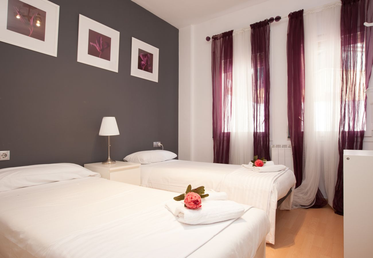 twin room with two single beds in 4-bedroom 2 bathroom apartment next to Plaza España and Fira Barcelona