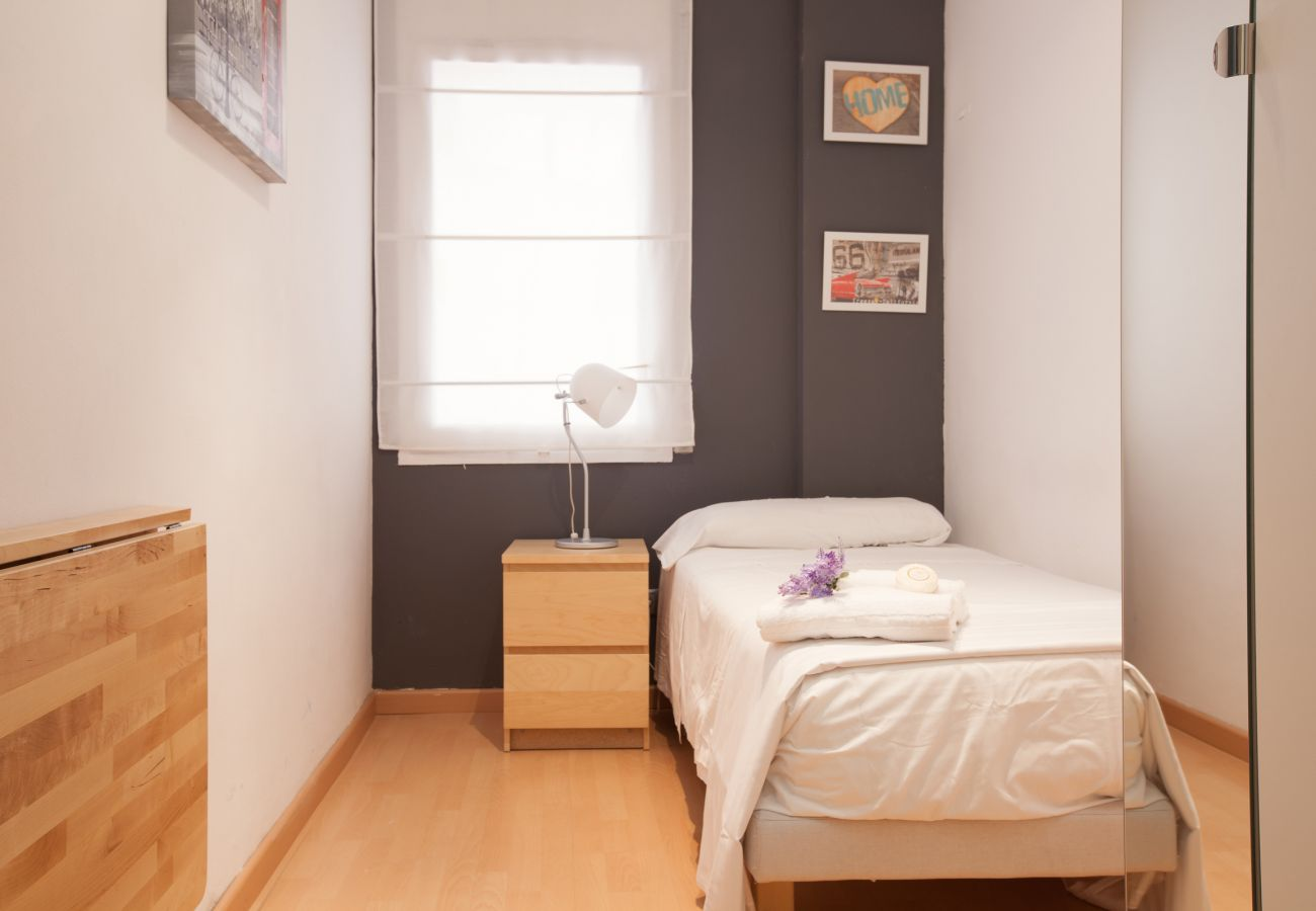 single room with one bed and wardrobe in 4-bedroom apartment close to Plaza España Fira Barcelona