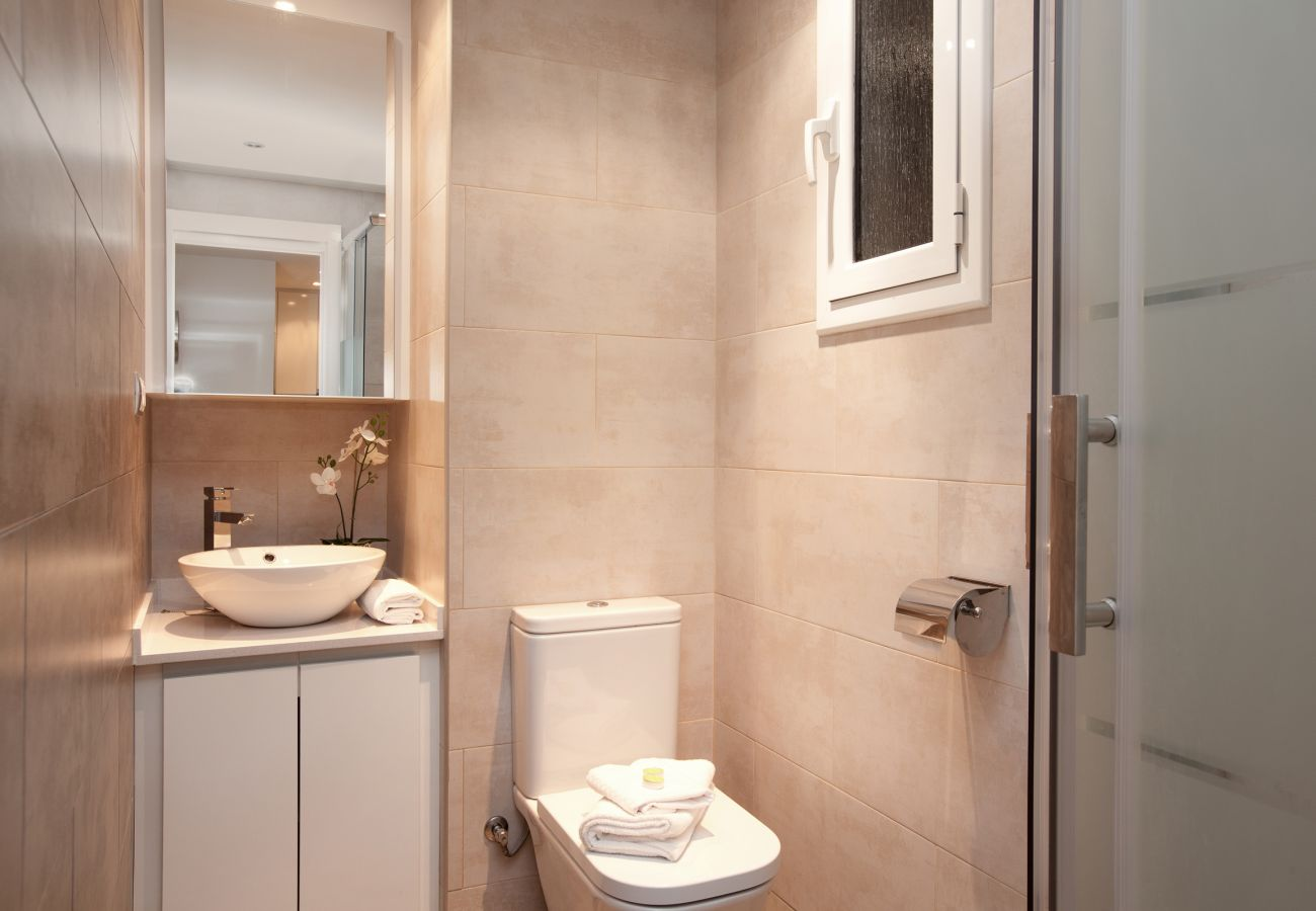 bathroom with shower in 2-bedroom apartment in Barcelona close to Sagrada Familia and Hospital Sant Pau