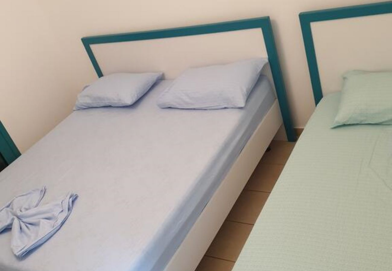 Bedroom equipped with a double bed and a single bed