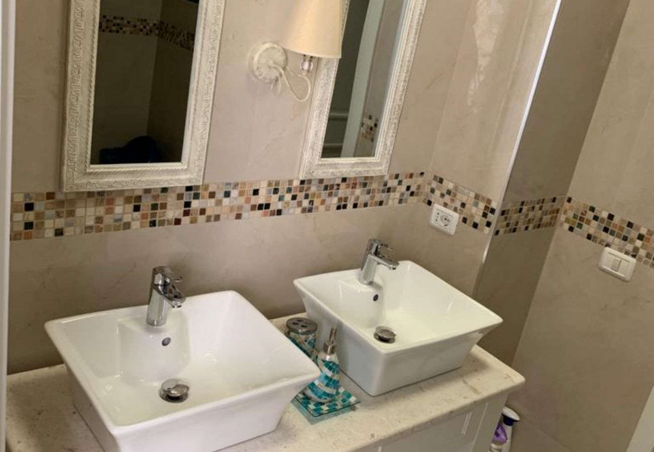 Bathroom equipped with two sinks and two mirrors