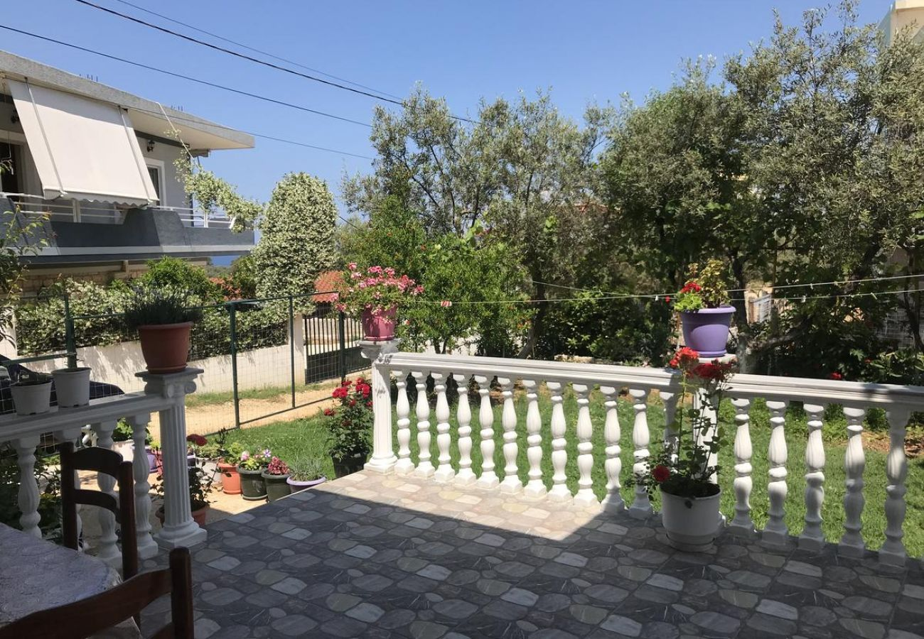Garden with flowers and terrace table in 2 bedroom flat in Ksamil